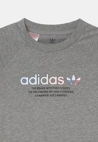 adidas Originals - UNISEX - Camiseta estampada - medium grey heather - 2