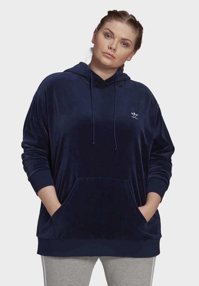 adidas Originals - VELOUR TREFOIL HOODIE (PLUS SIZE) - Hoodie - blue