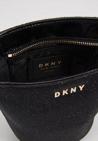 DKNY - CHAIN BUCKET GLITTER - Taška spříčným popruhem - black/gold-coulored - 4