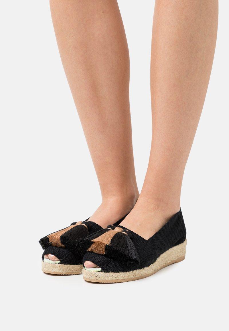 Casa de Vera - Wedge sandals - black/beige