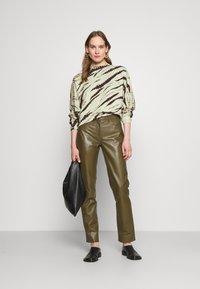 Proenza Schouler White Label - MODIFIED RAGLAN TIE DYE - Sweatshirt - spanish moss/grass - 1