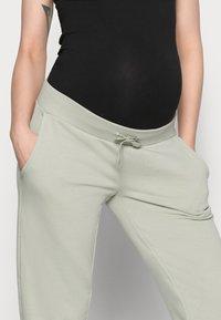 Pieces Maternity - PCMPIP PANTS - Pantalones deportivos - desert sage - 3