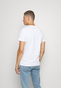 Guess - MULTITUDE TEE - T-shirt con stampa - blanc pur - 2