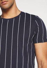 Brave Soul - FLYNN - T-shirt imprimé - blue/white - 4