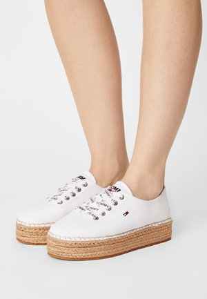 ESSENTIAL FLATFORM - Zapatos con cordones - white