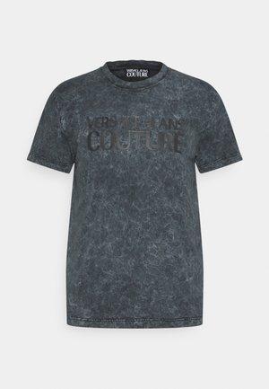 CRINKLE FADE - Print T-shirt - peltro