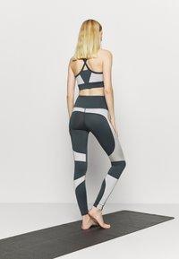 HIIT - HIGH SHINE PANEL LEGGING - Leggings - mid grey - 2