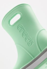 Crocs - CROCBAND RAIN BOOT - Bottes en caoutchouc - neo mint/light grey - 2