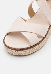 MICHAEL Michael Kors - DARBY - Sandály na platformě - light cream - 6