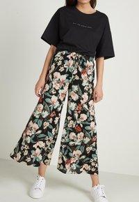 Tezenis - CULOTTE AUS LEICHTEM STOFF - Trousers - nero st.lake flowers - 2