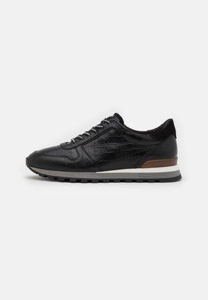 Sneakers - zeppa nero