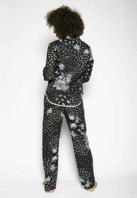 Cyberjammies - Pyjamahousut/-shortsit - black ditsy - 2