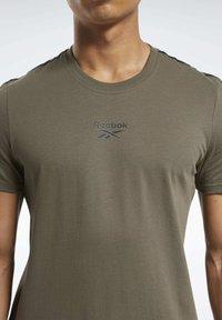 Reebok - TAPE TEE - T-shirt imprimé - army green - 3
