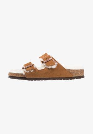 ARIZONA - Pantolette flach - brown