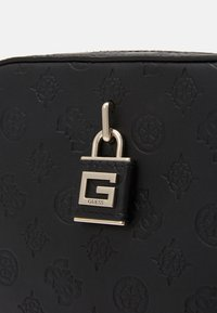 Guess - KAMRYN CROSSBODY TOP ZIP - Bandolera - black - 4