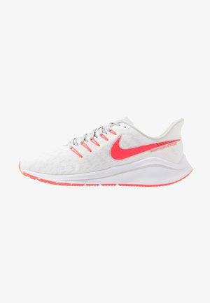 AIR ZOOM VOMERO 14 - Neutral running shoes - white/laser crimson/grey fog/track red