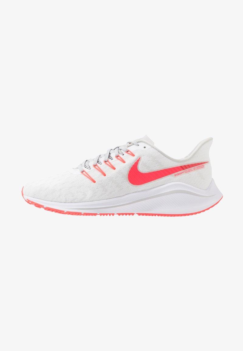 Nike Performance - AIR ZOOM VOMERO 14 - Obuwie do biegania treningowe - white/laser crimson/grey fog/track red