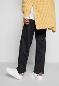 adidas Originals - STAN SMITH  - Sneaker low - footwear white/scarlet/chalk white - 0