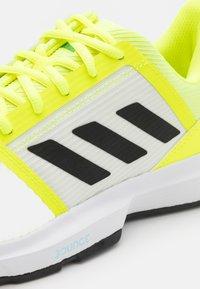 adidas Performance - COURTJAM BOUNCE - Chaussures de tennis toutes surfaces - solar yellow/core black/hazy sky - 5