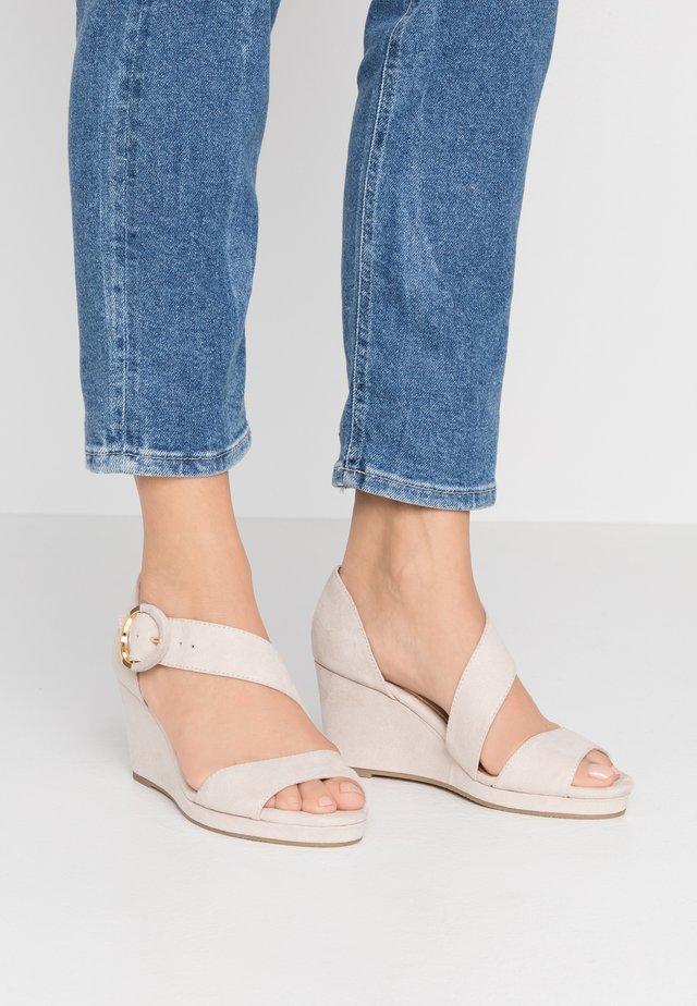 Sandály na klínu - ivory