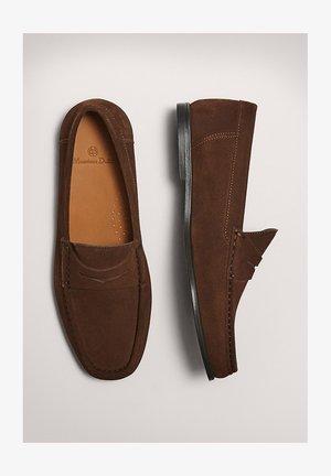 BRAUNE PENNYLOAFER AUS - Moccasins - brown