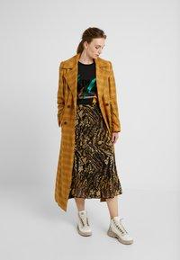 Gestuz - TASNIM SKIRT - A-line skirt - stripe yellow snake - 1