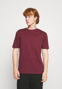 Newport Bay Sailing Club - 5 PACK - T-shirt - bas - white/forest green/burgundy - 3
