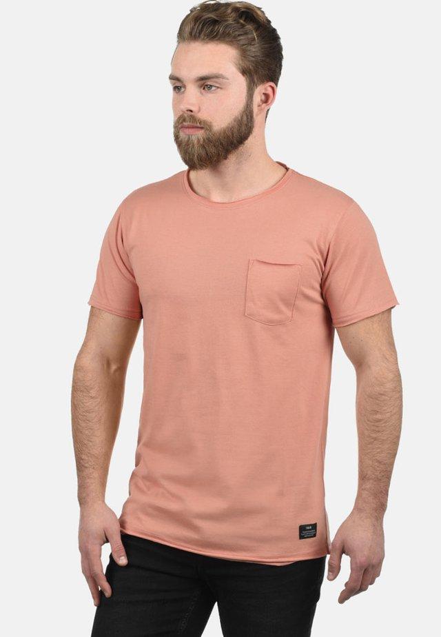 ANDREJ - Basic T-shirt - rose dawn