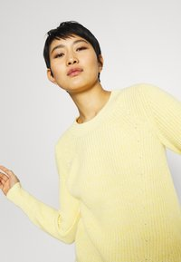 GAP - DIRECTIONAL RELAXED CREW - Neule - bold yellow - 3
