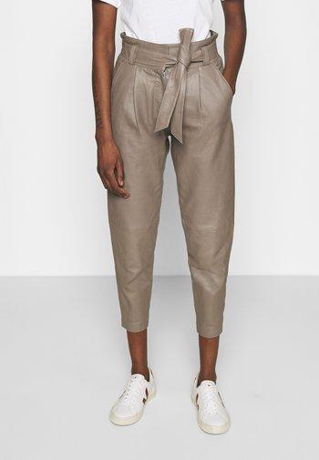 BELINDA - Kožené kalhoty - dove