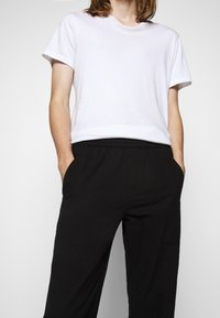Folk - DRAWCORD ASSEMBLY PANT - Trousers - soft black - 4