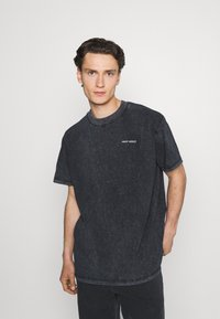 Night Addict - CHEST UNISEX - T-shirt med print - black acid wash - 2