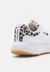 Nike Performance - REACT ESCAPE - Zapatillas de running neutras - white/black/light bone/wheat/light brown - 5
