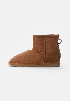 MORA - Kotníkové boty - chestnut