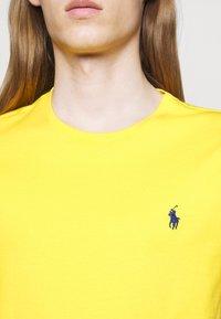 Polo Ralph Lauren - CUSTOM SLIM FIT JERSEY CREWNECK T-SHIRT - Jednoduché triko - racing yellow - 4