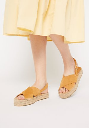 CROSSED FLAT - Sandalias con plataforma - brown