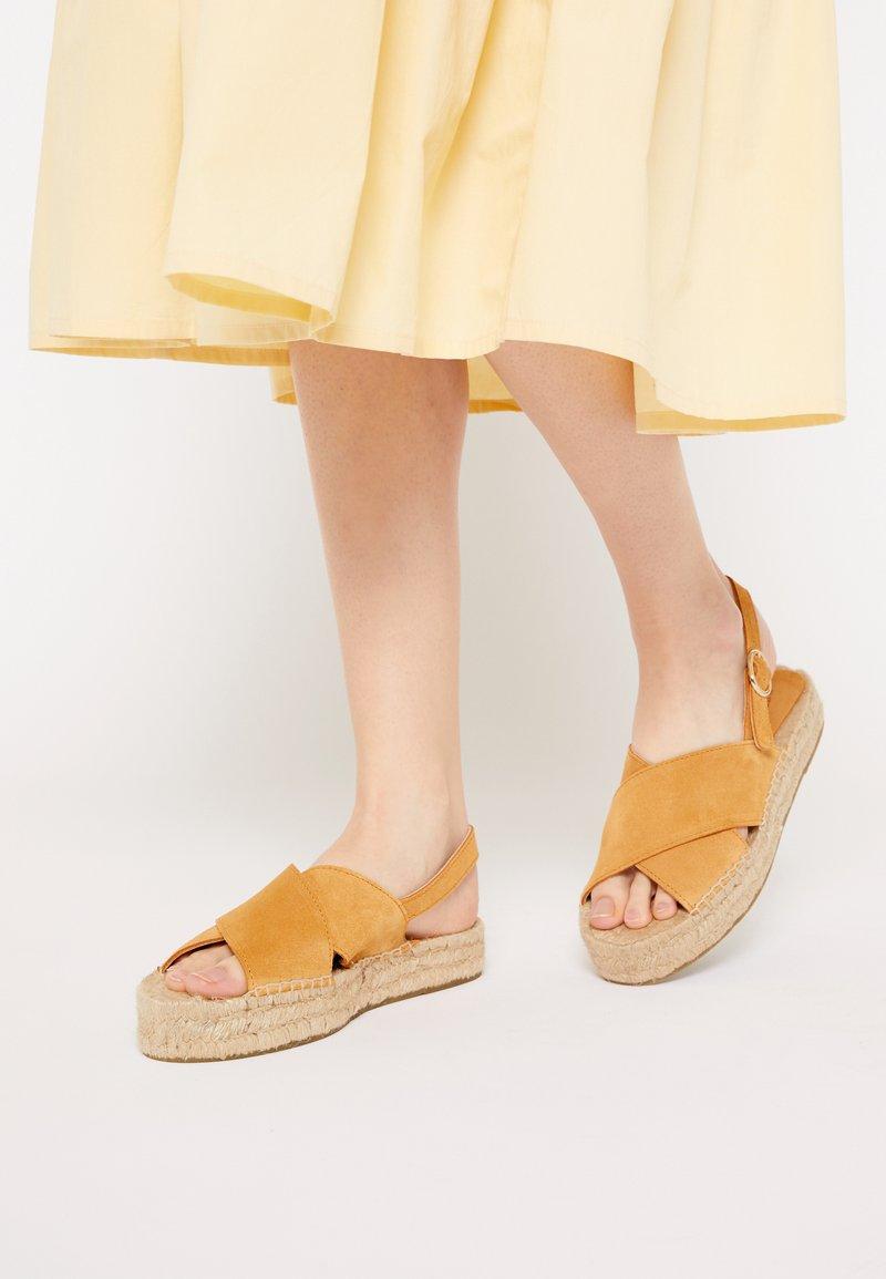 JUTELAUNE - CROSSED FLAT - Platform sandals - brown