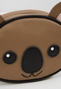 Molo - KOALA BAG - Taška spříčným popruhem - brown - 2