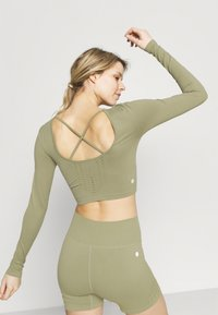 Cotton On Body - LIFESTYLE SEAMLESS OPEN BACK LONG SLEEVE  - Long sleeved top - oregano - 2