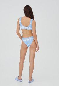 PULL&BEAR - MIT STREIFEN UND TEXTUR - Bikini top - light blue - 8
