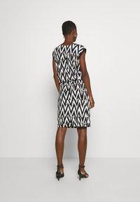 Cartoon - Sukienka z dżerseju - white/black - 2