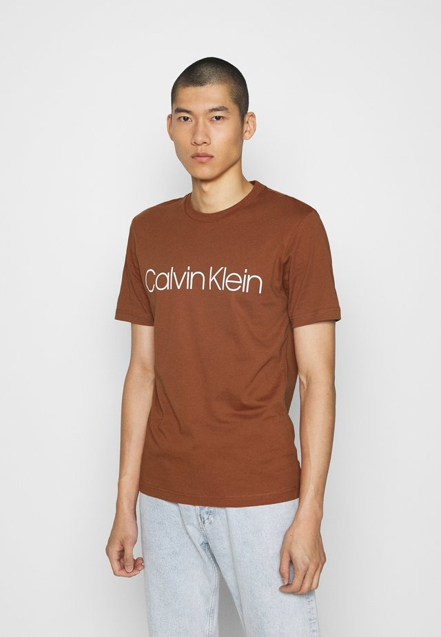 FRONT LOGO - T-shirt con stampa - brown