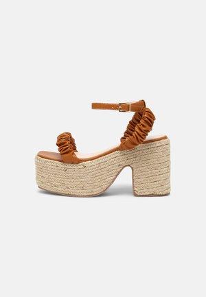 REMINGTON - Sandály na platformě - brown