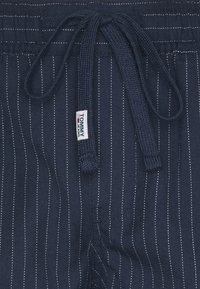 Tommy Jeans - SCANTON PINSTRIPE TRACK PANT - Pantalon classique - twilight navy - 5