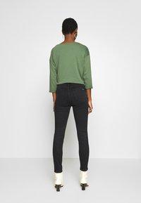 Marc O'Polo DENIM - KAJ CROPPED - Jeans Skinny Fit - black stretch wash - 2