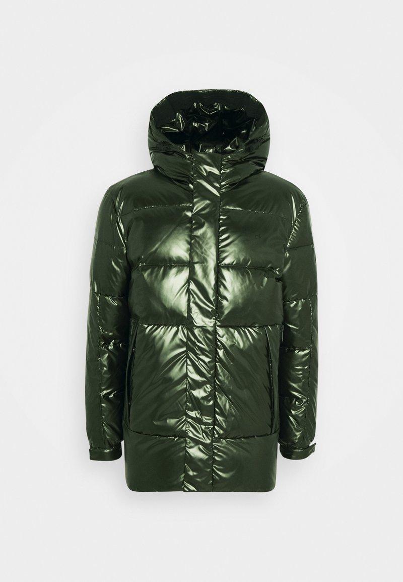 Calvin Klein - OILY METALLIC MID LENGHT JACKET - Untuvatakki - dark olive