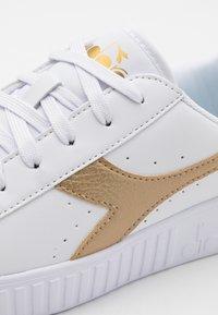 Diadora - GAME STEP UNISEX - Sports shoes - white/gold - 5