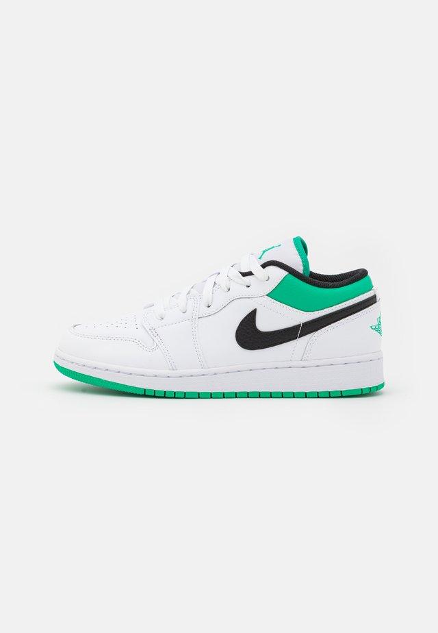 AIR 1 LOW UNISEX - Obuwie do koszykówki - white/stadium green/black