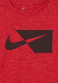 Nike Sportswear - PERFORMANCE UNISEX - Print T-shirt - university red heather - 2