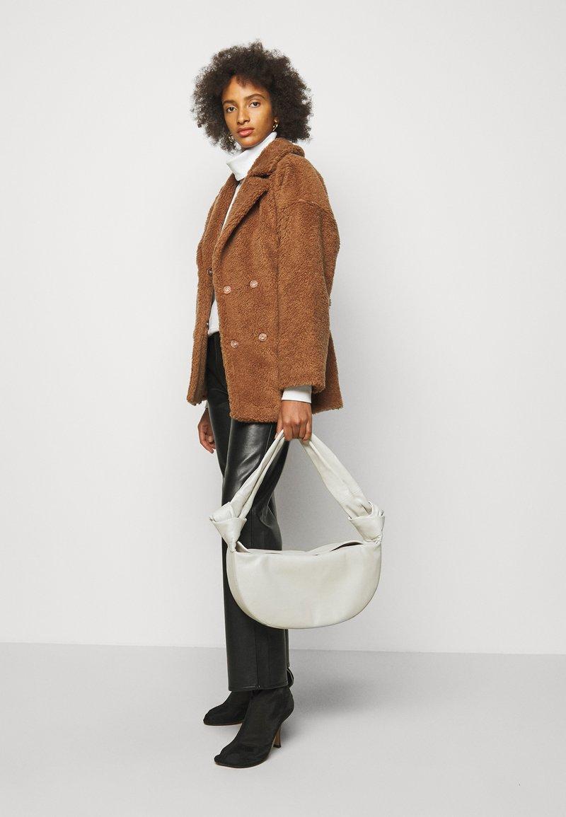 Little Liffner - DOUBLE KNOT BAG - Handbag - cream